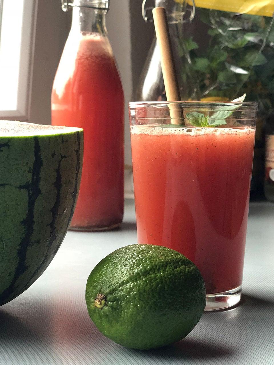 Zuckerfreie Limonade mit frischer Minze, Melone und Limette ganz einfach selbstgemacht.