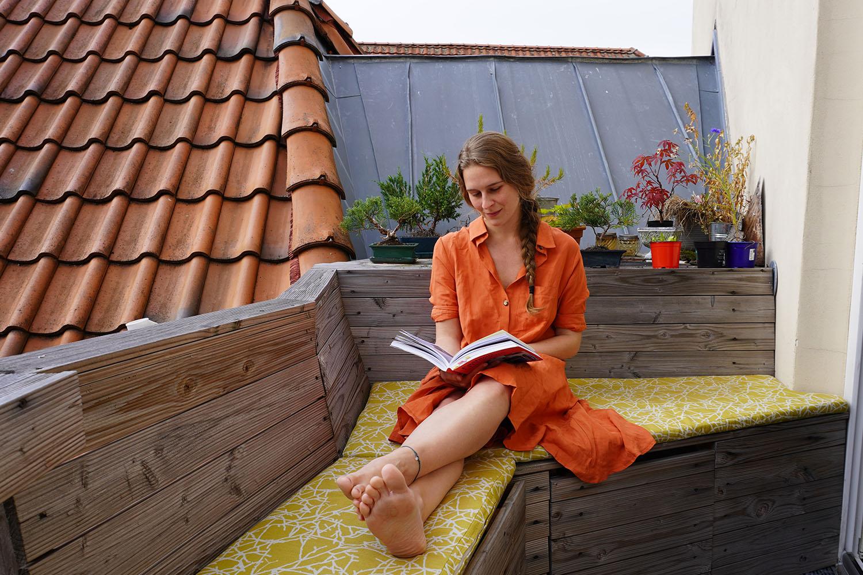 Ein luftiges Fair Fashion Kleid aus dem Manda Laden und ein gutes Buch. Hallo Sommer!