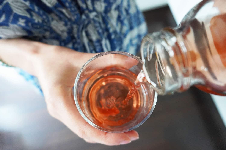 Viel trinken ist wichtig. Im Sommer lässt sich Eistee mit ein wenig Geduld ganz einfach selbst machen.